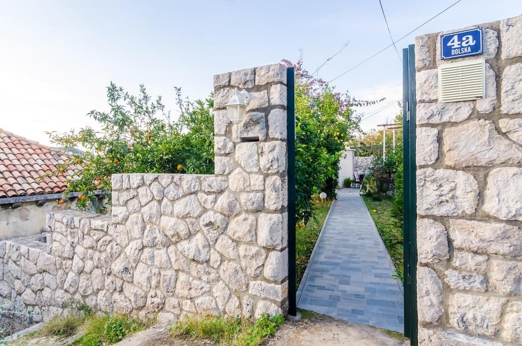 cazare la 650560) Casa En Dubrovnik Con Aire Acondicionado, Terraza, JardÍn, Lavadora