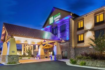 cazare la Holiday Inn Express & Suites H