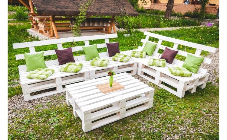 Imagine indisponibila pentru Set mobilier gradina Mariana, din europaleti - Masa + 5 Bancute cu spatar, produs din lemn ecologic + 14 perne