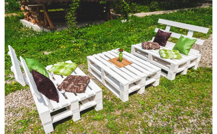 Imagine indisponibila pentru Set mobilier gradina Dumitrina, din europaleti - Masa + 2 Bancute cu spatar, produs din lemn ecologic + 8 perne