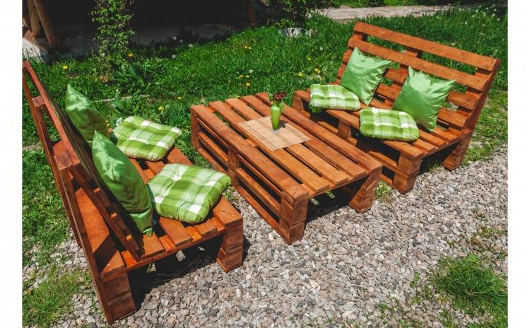 Imagine indisponibila pentru Set mobilier de gradina Monica, din europaleti - Masa + 2 Bancute cu spatar, produs din lemn ecologic + 8 perne cuoare pin