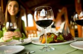 11 RON pentru Somon sau Pui Italian + garnitura + 1 pahar cu vin + desert