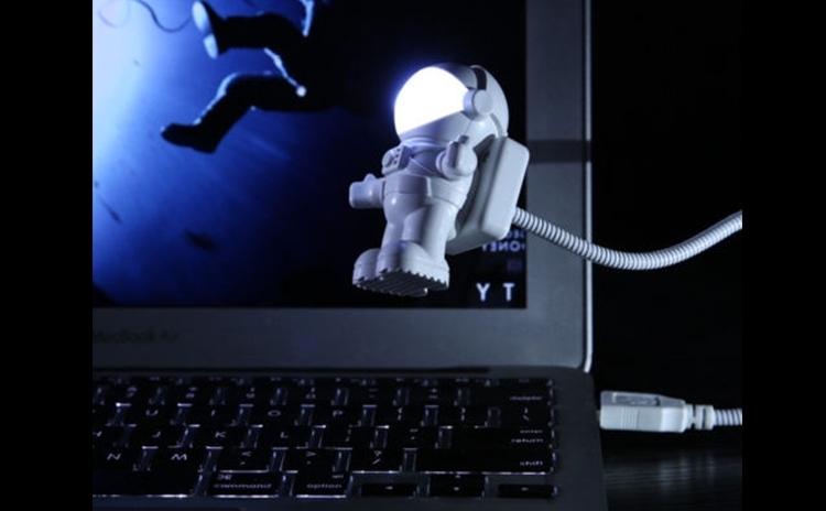 Spatiul  Ultima Frontiera! Lampa De Veghe Cu Led Si Usb Astronaut La Doar 39 Lei In Loc De 94 Lei. Vezi Video