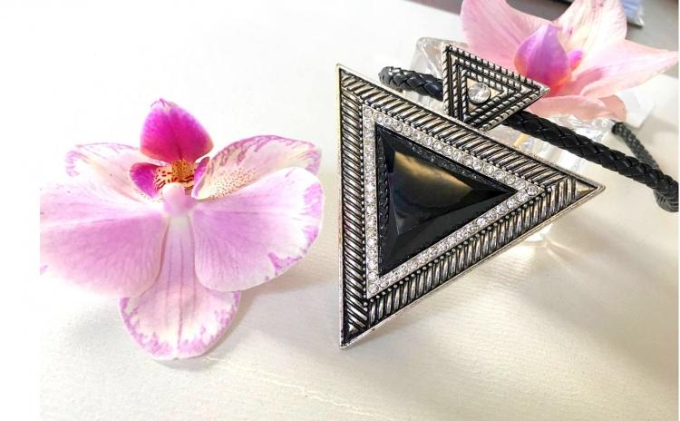 Colier Statement Triangle cu cristale fashion - argintat / aurit la doar 50 lei in loc de 110 lei !
