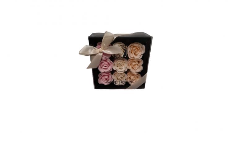 Aranjament cu 9 trandafiri in cutie neag