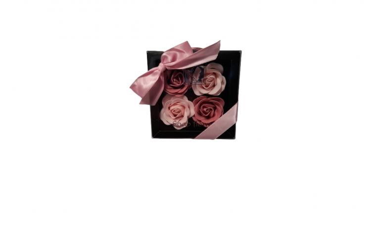 Aranjament cu 4 trandafiri din sapun roz