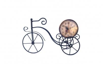 Tricicleta din metal cu ceas