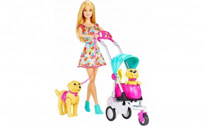 Papusa Barbie la plimbare cu caini