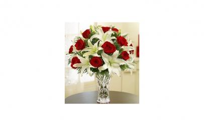 Aranjament cu trandafiri rosii si crini