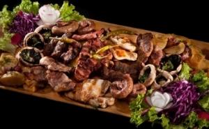 Platou cald de 1 KG:friptura porc, mici, carnaciori,ficat porc,cartofi taranesti, salata,desert si si BONUS 2 pahare vin,la unul din cele mai populare Restaurante traditionale din Bucuresti la 25 RON in loc de 99 RON