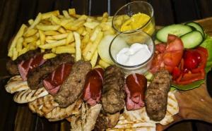 Maxi Grill - platou pentru 4-5 persoane (2,1 kg), la 54 RON in loc de 89 RON