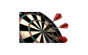Joc Darts cu 6 sageti metalice din lemn cu caroiaj si rama metalica