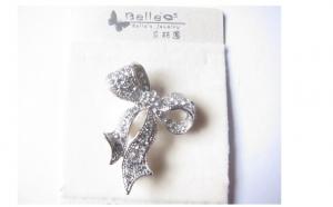 Brosa cu elemente de cristal- cadoul ideal pentru persoana iubita + Gratis o bratara eleganta, la 44 RON in loc de 98 RON