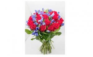 Buchet cu 48 de Flori - Trandafiri rosii cu irisi