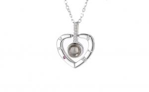 """Colier cu pandantiv MBrands, din argint 925, care proiecteaza cuvantul """" Te Iubesc"""" in 100 de limbi, forma inima"""