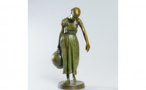 Statueta din bronz, autor Arthur Strasser - Femeia cu ulciorul