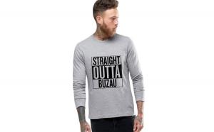 Bluza barbati gri cu text negru - Straight Outta Buzau