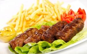 Platou cu mici, cartofi prajiti, muraturi, rosii, mustar si castraveti, 4-5 persoane (2,1 kg), la 49 RON