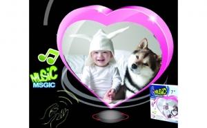 Rama foto muzicala rotativa pentru 2 fotografii- un cadou inedit pentru o persoana draga. Acum la doar 51 RON, redus de la 147 RON