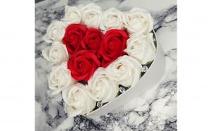 Aranjament floral cu trandafiri sapun, alb cu rosu , 15 fire, cutie inima