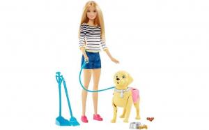Papusa Barbie cu catelus la plimbare