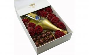 Cutie 11 trandafiri criogenati Queen Roses, vin spumant cu foite din aur si bomboane belgiene Black Friday Romania 2017
