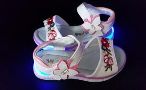 Sandale cu luminite pentru fetite, la 80 RON in loc de 150 RON