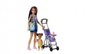 Papusa Barbie bona cu fetita la plimbare