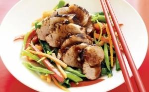 Meniu chinezesc 1 pers : porc sau pui cu legume si sos dulce acrisor + garnitura de orez + prajitura la alegere, la doar 7 RON in loc de 20 RON