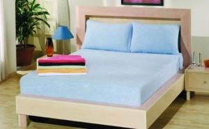 Protejeaza-ti salteaua si prelungeste-i viata cu: Husa de pat din bumbac 100% cu 2 fete de perna, la doar 55 RON in loc de 110 RON