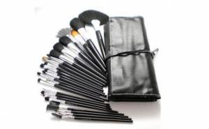 Realizeaza machiaje impecabile cu: Trusa de 24 pensule profesionale + suport din piele ecologica