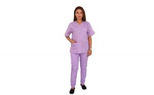 Costum medical lila cu bluza cu anchior in forma V, trei buzunare aplicate si pantaloni lila cu elastic