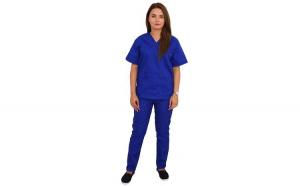 Costum medical albastru cu bluza cu anchior in forma V, trei buzunare aplicate si pantaloni albastri cu elastic.