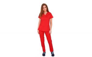 Costum medical rosu cu bluza in forma Y cambrata, doua buzunare aplicate si pantaloni rosii cu elastic