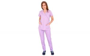 Costum medical lila bluza in forma Y cambrata cu doua buzunare aplicate si pantaloni lila cu elastic.