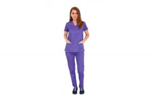 Costum medical mov bluza in forma Y cambrata cu doua buzunare aplicate si pantaloni mov cu elastic.