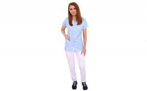Costum medical bleu cu alb, bluza cu fermoar cambrata, trei buzunare aplicate si pantaloni albi cu elastic.