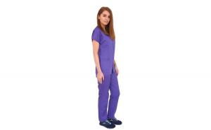Costum medical mov, cu bluza cu fermoar cambrata, trei buzunare aplicate si pantaloni mov cu elastic