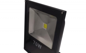 Proiectorul Led 70W, Alb rece, Slim, reprezinta o solutie pentru iluminare in cluburi, baruri, hoteluri, restaurante, parcari, vitrine expuse