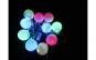 Instalatie cu leduri in interiorul globurilor albe, care lumineaza intermitent multicolor